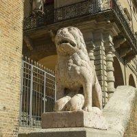 Лев возле Дворца Средневекового Собрания :: leo yagonen