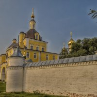 Cтена и надвратная церковь Никольского монастыря :: Сергей Цветков