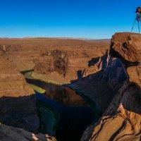 Вечер. Наш фотограф над рекой Колорадо (Аризона, США) :: Юрий Поляков