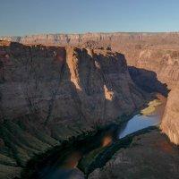 Вид реки Колорадо со скалы при закате... (Аризона, США) :: Юрий Поляков