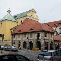 Францисканский костел Святого Антония Падуанского (желтый фасад здания в стиле барокко) :: Елена Павлова (Смолова)