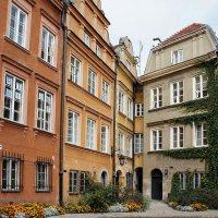 Небольшая треугольная площадь Kanonia Старого города. Самый узкий дом в Варшаве (дом в одно окно) :: Елена Павлова (Смолова)