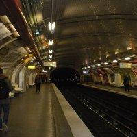 Парижское  метро ещё тогда ,когда не надо  было перешагивать через мусор и  чьи  то  ноги. :: Виталий Селиванов