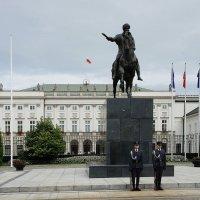 Президентский дворец (раньше дворец принадлежал князьям Любомирским Радзивиллам) :: Елена Павлова (Смолова)