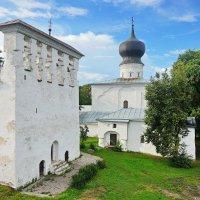 Церковь Успения Пресвятой Богородицы с типичной для Пскова звонницей. :: Юрий Шувалов