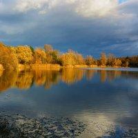 Там тонет в озере, собой любуясь, осень. :: Юрий. Шмаков