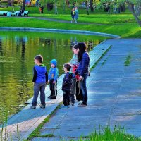 Детишки любуются на лысух... :: Sergey Gordoff