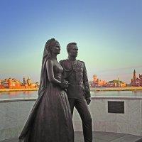 Скульптура князя Монако с супругой перед ЗАГСом в Йошкар-Оле :: MILAV V