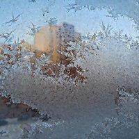 Мороз-художник на стекле рисует разные узоры.. :: Любовь Чунарёва
