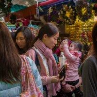 Покупатели на новогодней ярмарке в одном из бедных районов Гонконга :: Sofia Rakitskaia