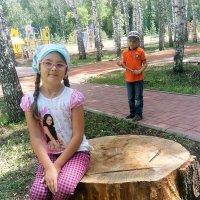 дети и пенек :: венера чуйкова