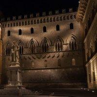 Сиена. Вечер. Палаццо Салимбени и памятник Саллюсто Бандини :: Надежда Лаптева