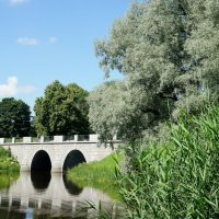 Большой каменный мост, разделяющий Мариентальский пруд и Дворцовую запруду на реке Славянка :: Елена Павлова (Смолова)