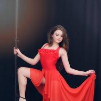 девушка в красном :: виктор омельчук