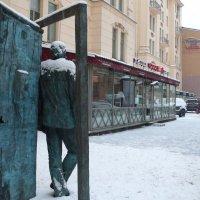 Памятник у дома,где жил С.Довлатов :: Таэлюр