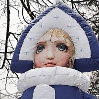 Ужасы нашего городка, снегурочка-монстр на входе в парк на Даманском :: Николай Белавин