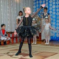 Новый год, Новый год — ёлка, шарики, хлопушки, дискотека, серпантин. :: Дмитрий Конев