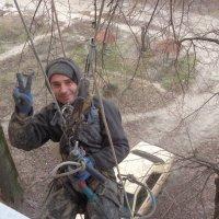 Репортаж: за моим  окном на стропах висит монтажник Олег.  Он утепляет стены дома... :: Алекс Аро Аро