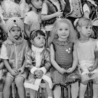 Сидят девчонки,сидят в сторонке,платочки в руках теребят! :: A. SMIRNOV