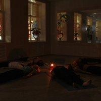Это не шабаш ведьм, а вечерняя Шавассана на йоге. :: Александр Иванов