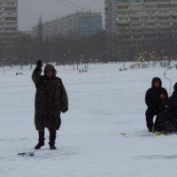 Знакомые рыбаки были рады встрече :: Андрей Лукьянов