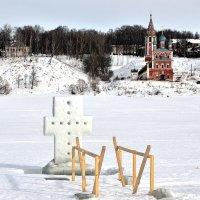 Тутаев, крещенская ледяная купель на Волге :: Николай Белавин