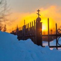 Забор на закате...... :: Виктор