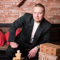 Мужчина сидит на диване :: Valentina Zaytseva
