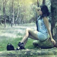 Девушка в лесу :: Юрий ОВОДКОВ