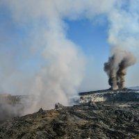 два кратера вулкана Эрта Але стали дымить одновременно при нашем приходе :: Георгий