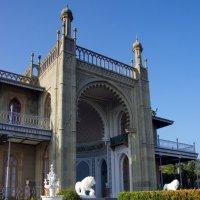 Северный фасад главного корпуса Воронцовскго дворца в Алупке :: Валерий Новиков
