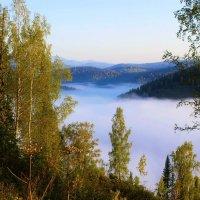 Утренний туман скрывает долину :: Сергей Чиняев