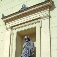 Скульптура на здании Нового Эрмитажа :: alemigun
