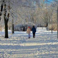 Мальчик и девочка гуляющие по Парку 2... :: Sergey Gordoff