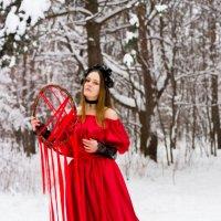 Девушка в лесу зимой в красном платье ведьма с ловцом снов :: Ирина Вайнбранд