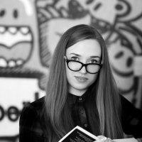 девушка и книга о прекрасном ,,, :: сергей швед