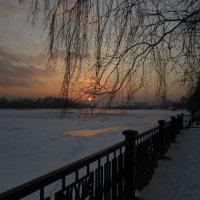 Закат на набережной :: Любовь Иванова