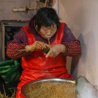 Китайцы ловко упаковывают клейкий рис с разными начинками в листья бамбука. Шанхай :: Владимир Леликов