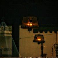 Тусклые фонари в опустевшем кафе... :: Вера Катан