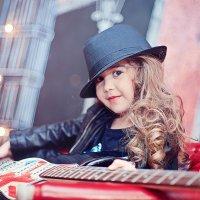 Софья с гитарой :: марина алексеева