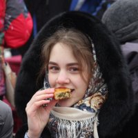 девушка с пирогом :: Дмитрий Солоненко