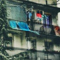 Пыльный дом, яркий флаг. :: Вера Катан