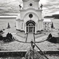 Храм, маяк, музей катастроф на водах... Впрочем, как всё универсальное: не светит, ни помолиться... :: Сергей Леонтьев