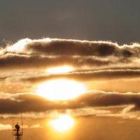 Пробивается сквозь тучи Солнца яркий свет могучий Освещает Землю Мать Мир стал красками пылать... :: Анатолий Клепешнёв