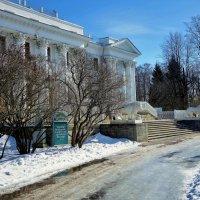 У Главного входа в Елагин Дворец... :: Sergey Gordoff