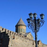 Крепостные стены храма Светицховели и фонари. :: Anna Gornostayeva