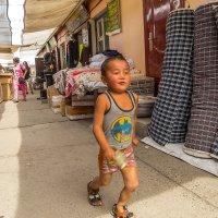 Мальчик на рынке :: Сергей Карцев