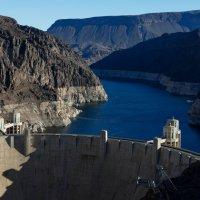 Верх плотины Гувера (высота 221.6 м, 1935 г.) и начало водохранилища Мид (США) :: Юрий Поляков