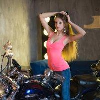 Девушка и мотоцикл :: Роман Мишур