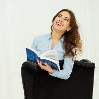 Девушка с книгой :: Ирина Вайнбранд